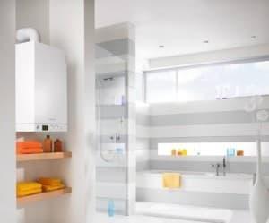 В светлой ванной комнате белый котел